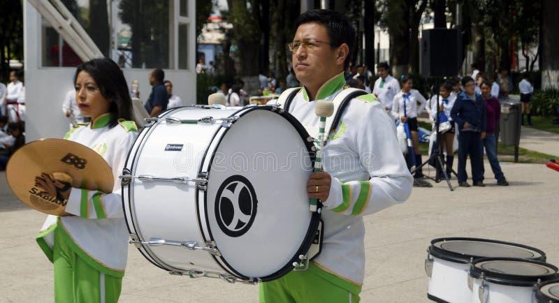 Человек играя тамбурин в диапазоне в марше стоковое фото