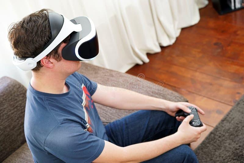 Человек играя VR стоковое изображение rf