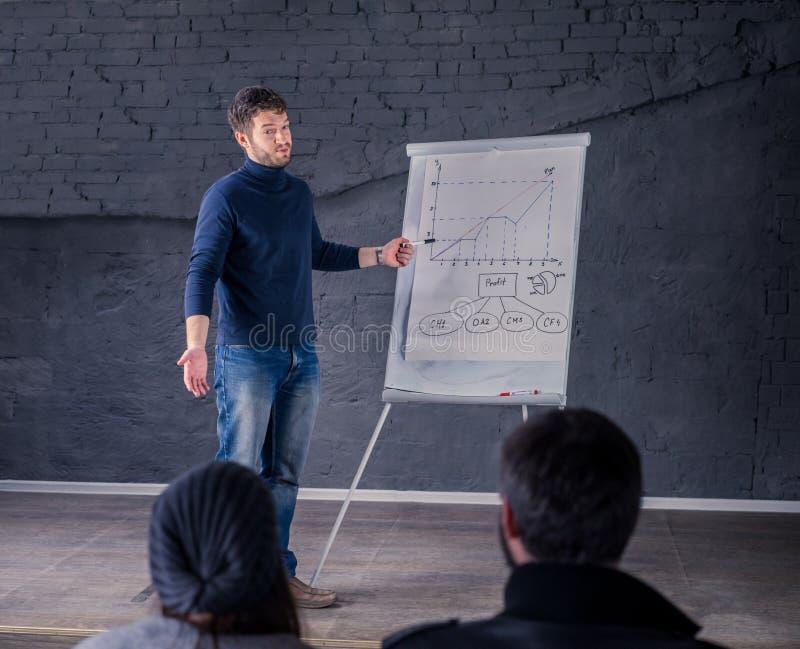 Человек диктора говоря к аудитории во время конференции стоковое фото rf