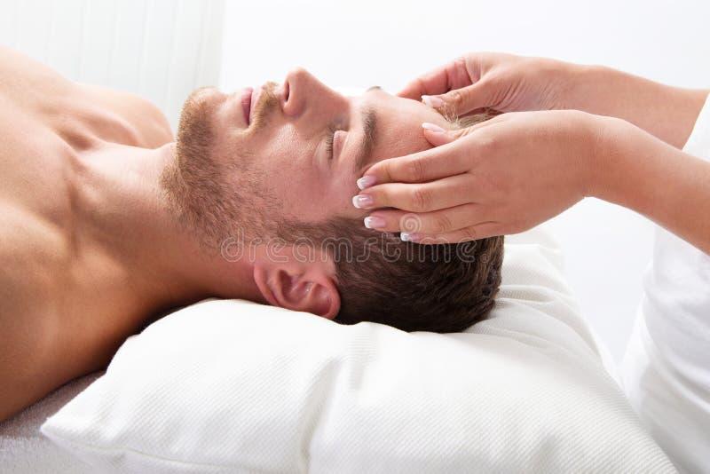 Человек имеет массаж в курорте стоковая фотография rf