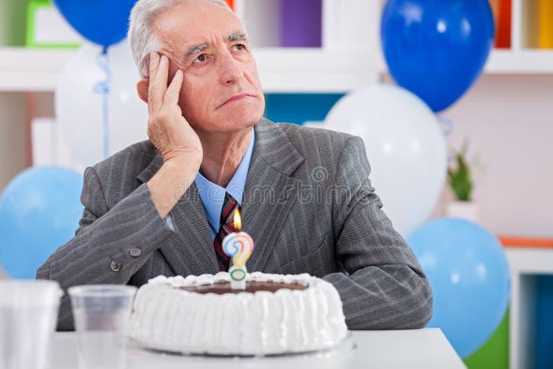 Человек имея болезнь Альцгеймера на дне рождения стоковое фото