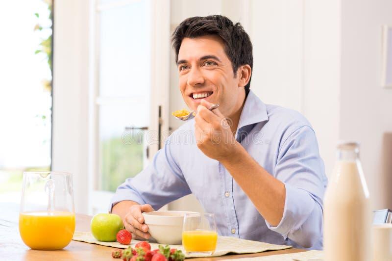 Человек имея завтрак стоковые изображения rf