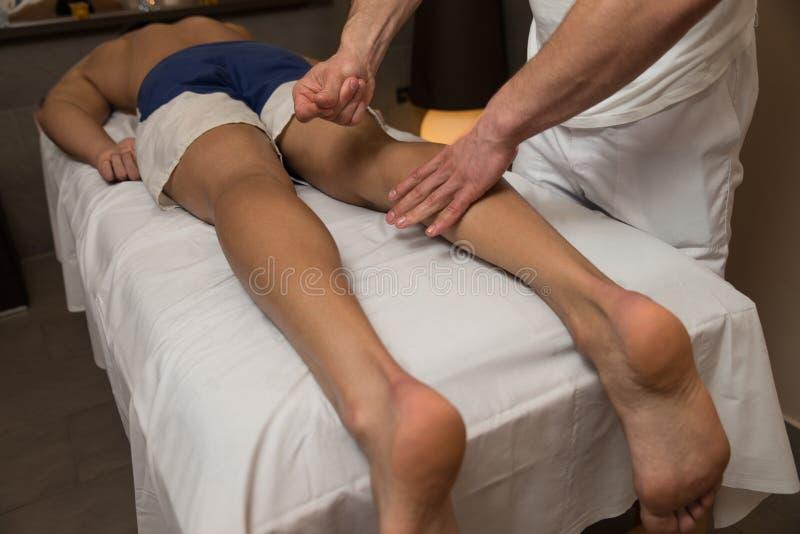 Человек имея массаж ног в спа-центре стоковая фотография rf