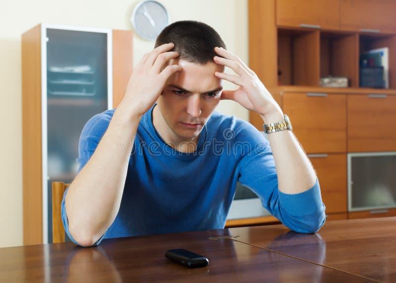 Человек имея разочарование после телефонного звонка стоковые изображения