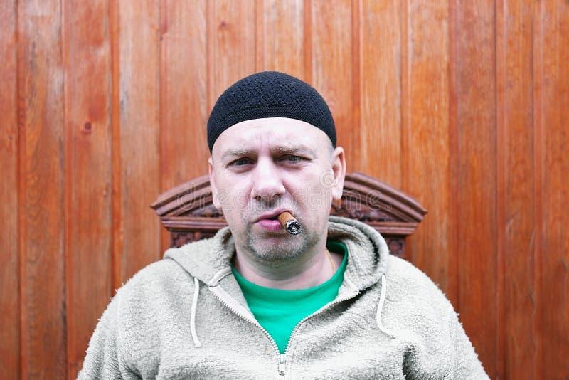 Человек имея сигару стоковые фотографии rf