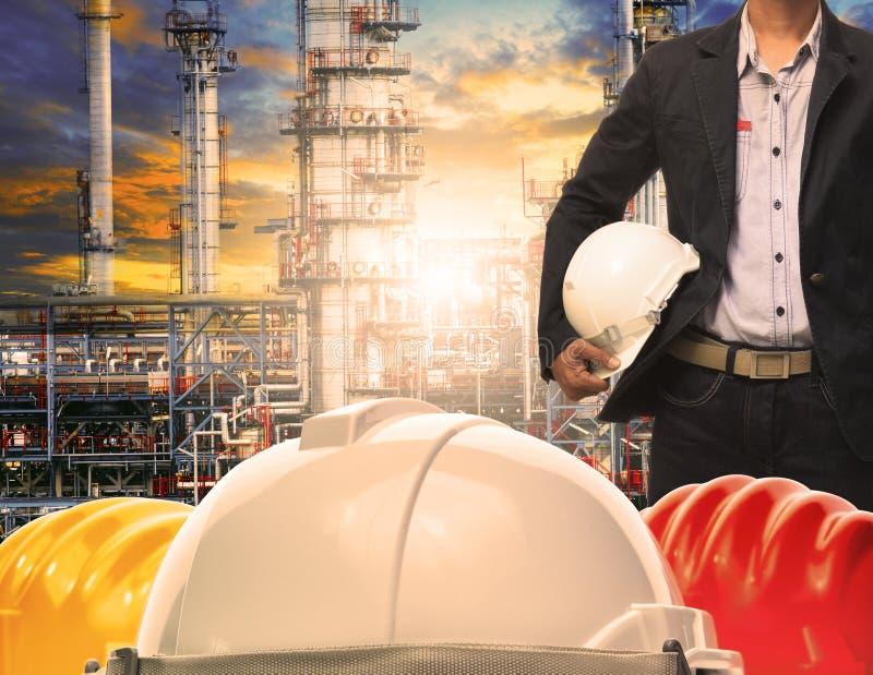 Человек инженерства при белый шлем безопасности стоя перед oi стоковое изображение rf