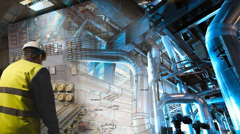 Человек инженерства работая на электростанции как оператор стоковые фото