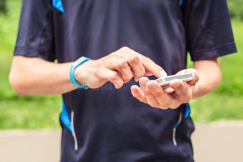 Человек используя браслет фитнеса во время бега утра стоковые фото