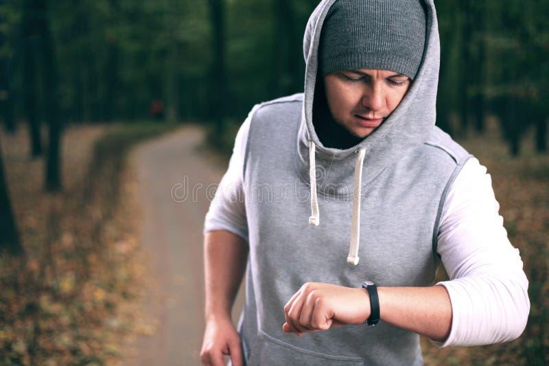 Человек используя браслет фитнеса стоковая фотография