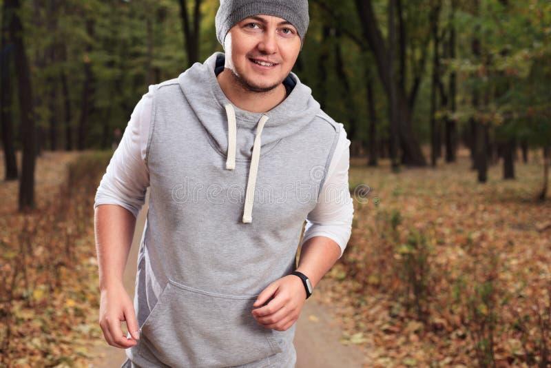 Человек используя браслет фитнеса стоковая фотография rf