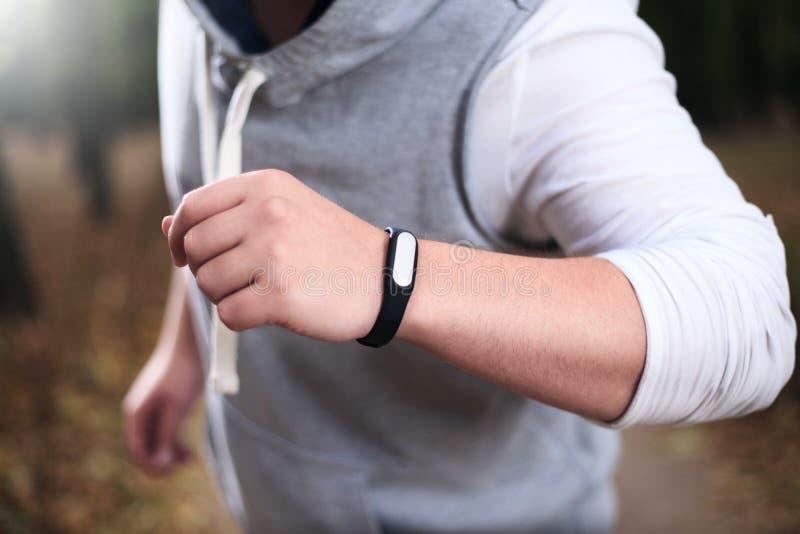 Человек используя браслет фитнеса стоковые изображения