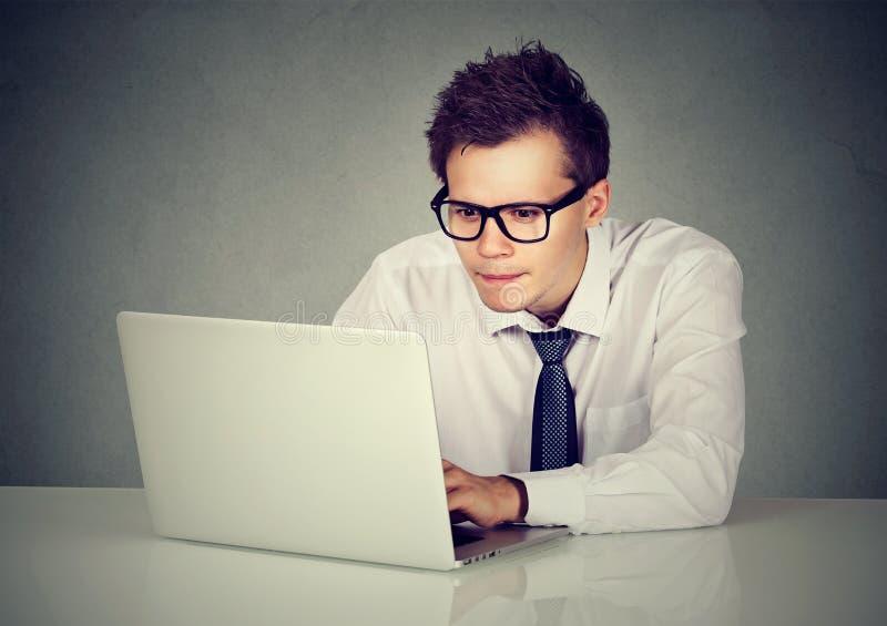 Человек используя его портативный компьютер стоковые изображения rf