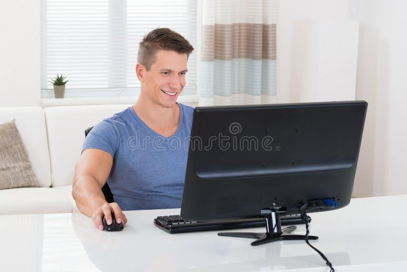 Человек используя настольный компьютер стоковое изображение