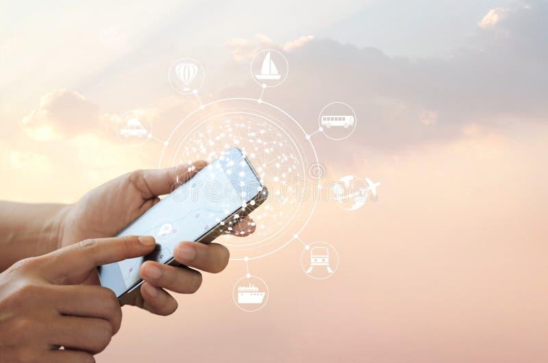 Человек используя передвижное перемещение онлайн и сетевое подключение на экране, концепцию значка путешественника, все на передв стоковое изображение