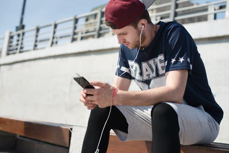 Человек используя передвижной app стоковое изображение rf