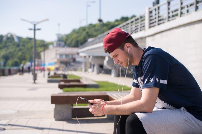 Человек используя передвижной app стоковые фото