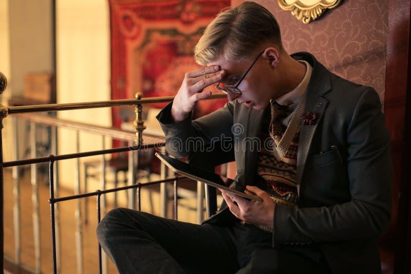 Человек используя таблетку стоковое фото