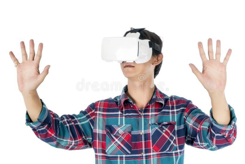 Человек используя шлемофон VR и испытывающ виртуальную реальность стоковое изображение