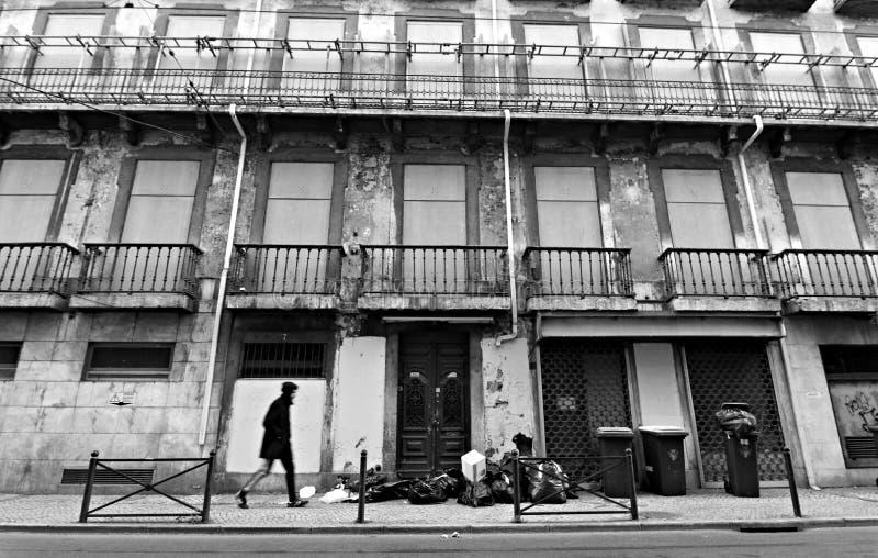 Человек идет на улицу, Лиссабон, Португалию стоковое фото