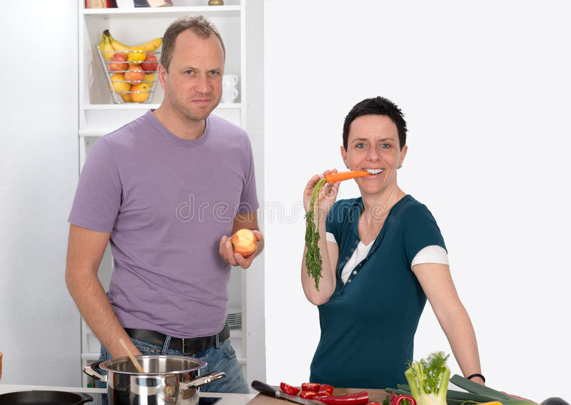 Человек и женщина в кухне стоковое фото rf