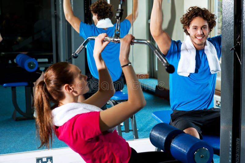 Человек и женщина в фитнес-клубе стоковая фотография rf