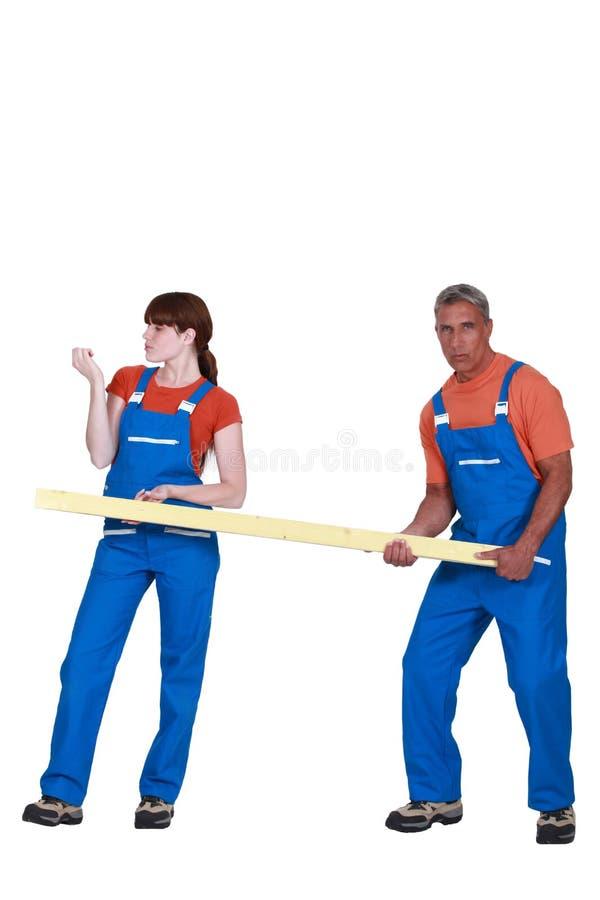 Человек и женщина держа древесину стоковые изображения