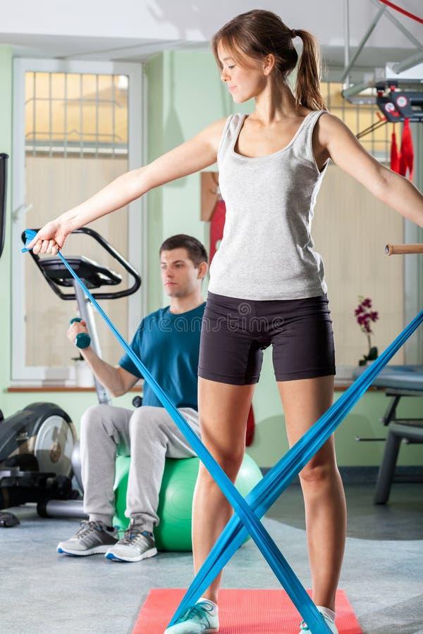 Человек и женщина делая тренировку стоковая фотография rf