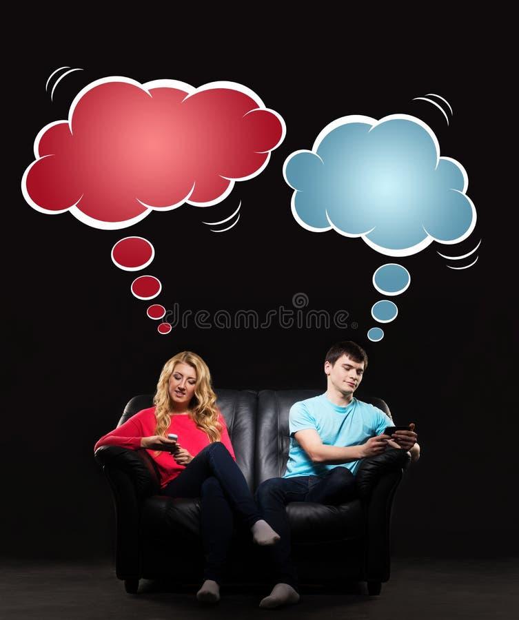 Человек и женщина играя с smartphones стоковые изображения rf