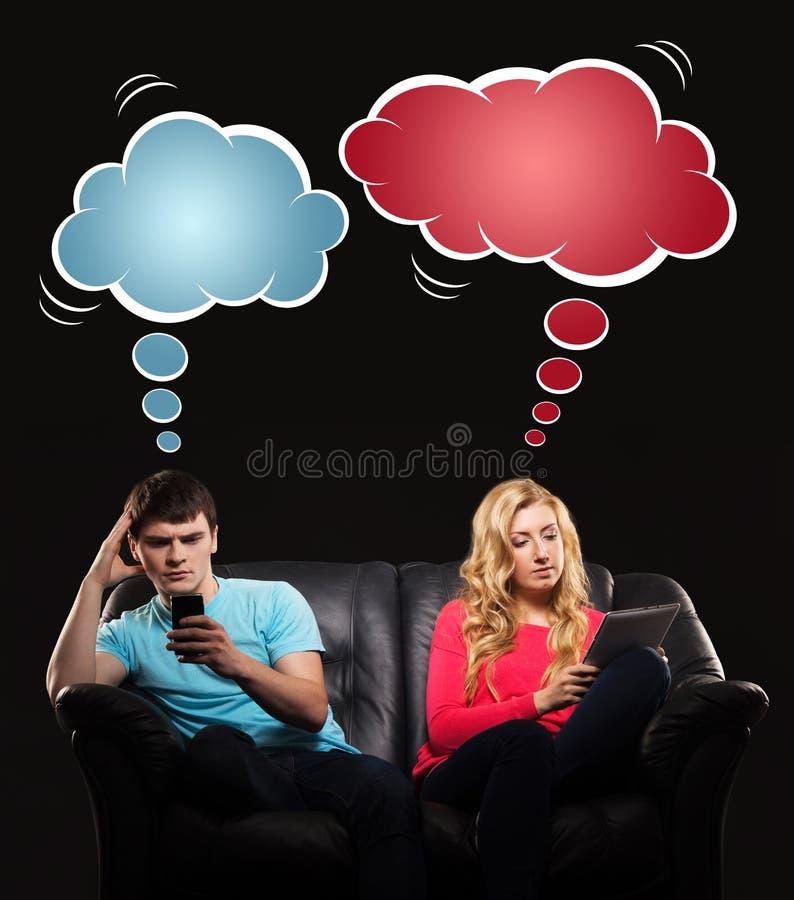 Человек и женщина играя с smartphones стоковое фото
