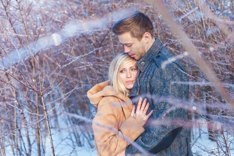 Человек и женщина идя в парк стоковые фотографии rf