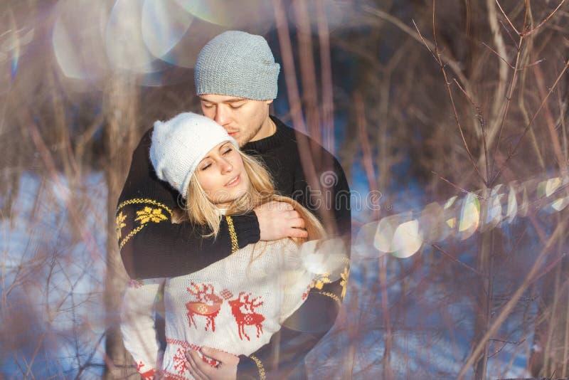Человек и женщина идя в парк стоковые изображения rf