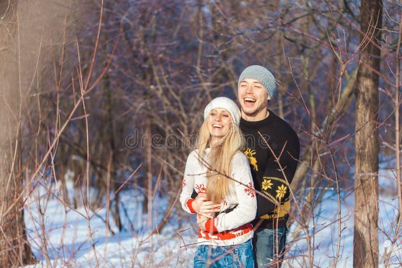 Человек и женщина идя в парк стоковое изображение rf