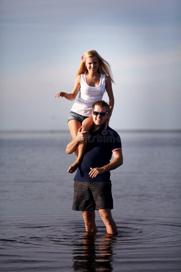 Человек и женщина на озере стоковые изображения