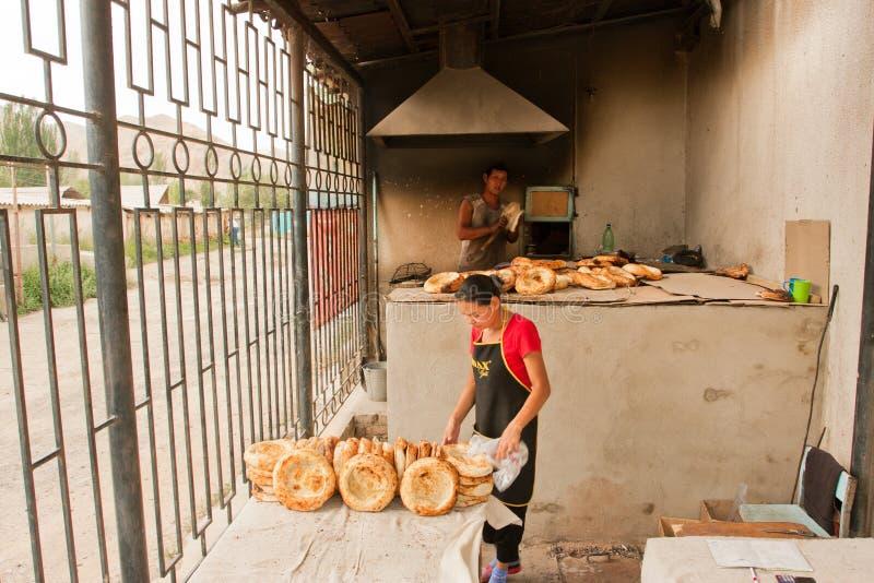 Человек и женщина на хлебопекарне варят азиатский хлеб стиля стоковое фото rf