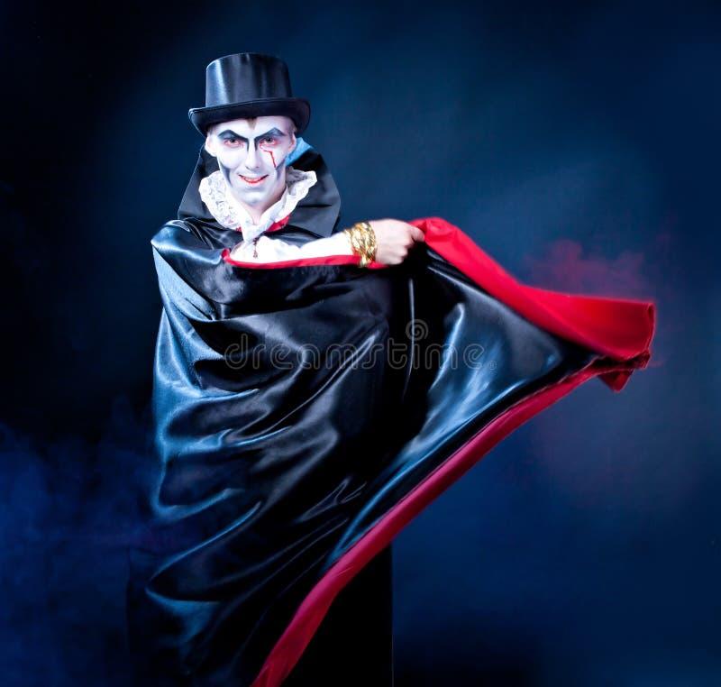Человек и женщина нося как вампир и ведьма. Хеллоуин стоковое изображение