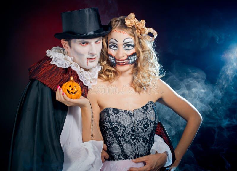 Человек и женщина нося как вампир и ведьма. Хеллоуин стоковое изображение rf