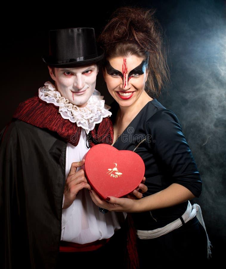 Человек и женщина нося как вампир и ведьма. Хэллоуин стоковые изображения rf