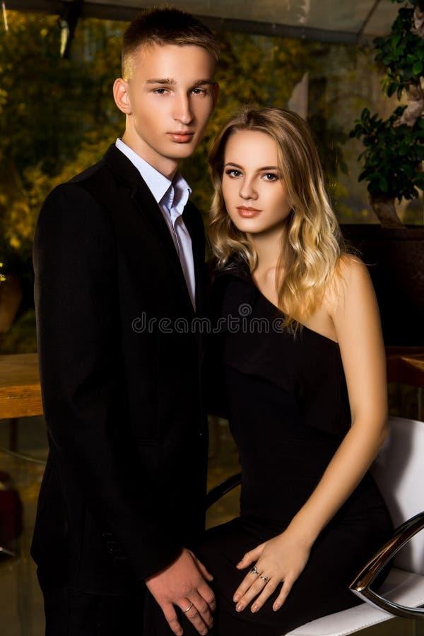 Человек и женщина одетые в черноте стоковые фотографии rf
