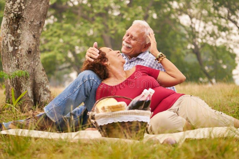 Человек и женщина пожилых пар старший делая пикник стоковые фото