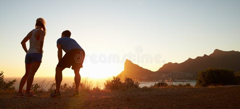 Человек и женщина после jogging, формат коробки письма стоковая фотография