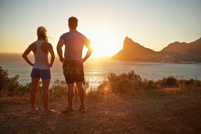 Человек и женщина предусматривая после jogging стоковые изображения rf