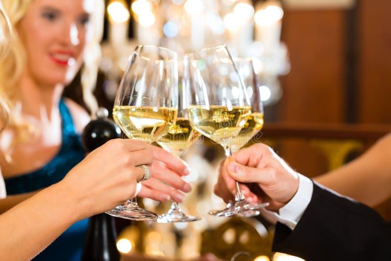 Человек и женщина пробуя Шампань в ресторане стоковые изображения