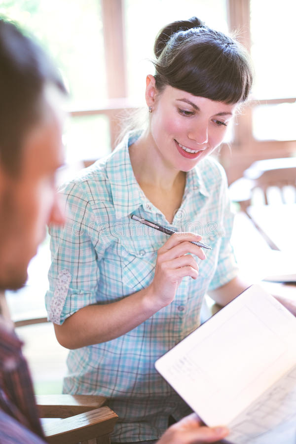 Человек и женщина сидят на таблице с бумагами и документами стоковая фотография rf