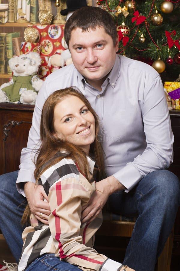 Человек и женщина сидят около рождественской елки стоковая фотография rf