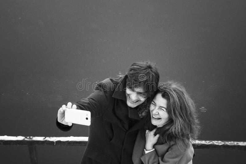 Человек и женщина снимая, день, внешний стоковые изображения rf