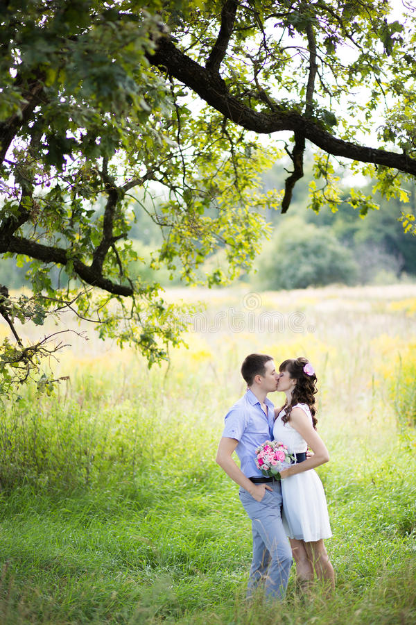 Человек и женщина стоя в траве стоковая фотография