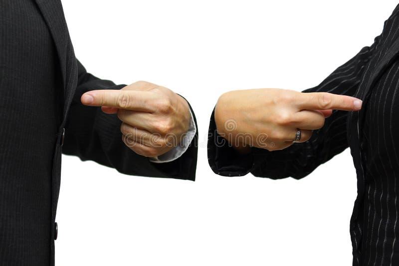 Человек и женщина указывая к себе концепция соперничества & конкуренции стоковое изображение