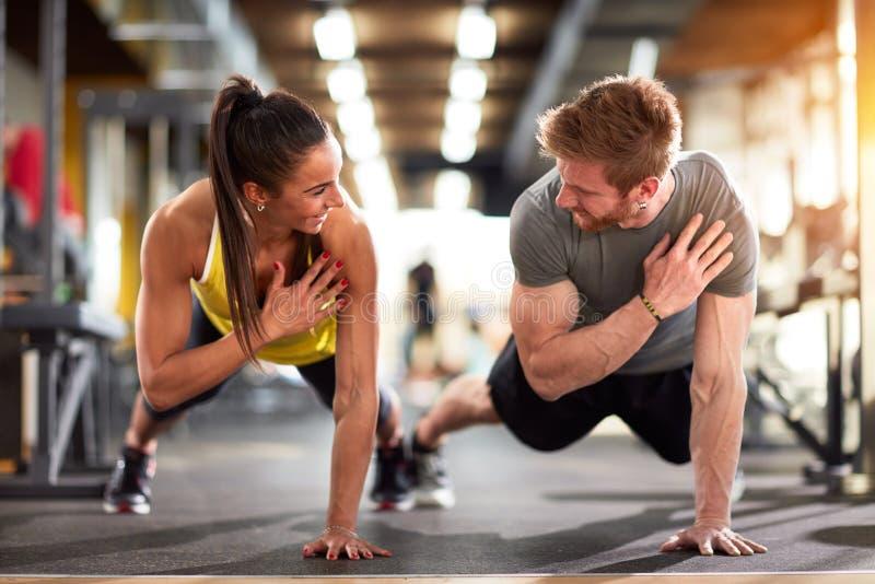 Человек и женщина усиливают руки стоковое изображение