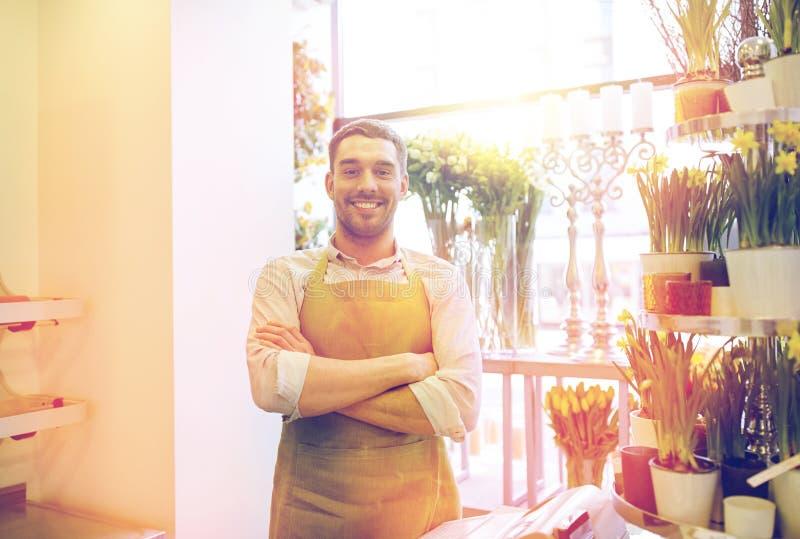 Человек или продавец флориста на счетчике цветочного магазина стоковое фото