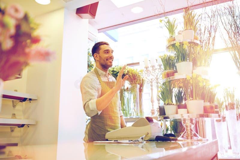 Человек или продавец флориста на счетчике цветочного магазина стоковое изображение rf